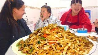 【陕北霞姐】陕北农村手工焖面,猪肉+洋芋,劲道不油腻,好吃到停不下来!过瘾!