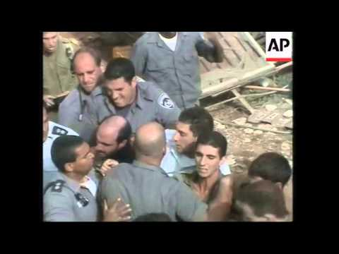 Settlers fight with Israeli soldiers on illegal settlement