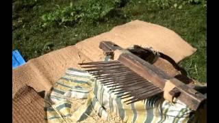 我が家では稲の脱穀は足踏み脱穀機以前に活躍していた「千歯こぎ」を活...