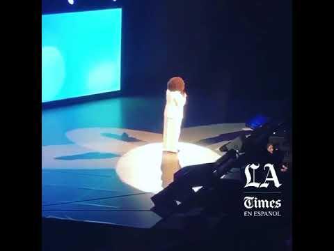 Oprah-falls-on-stage