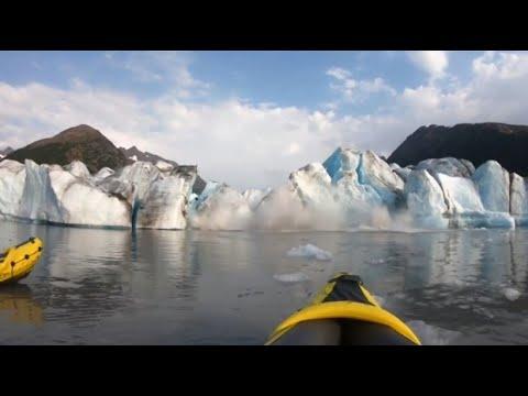 Spektakuläre Aufnahmen: Kanufahrer werden von Gletscherabbruch überrascht