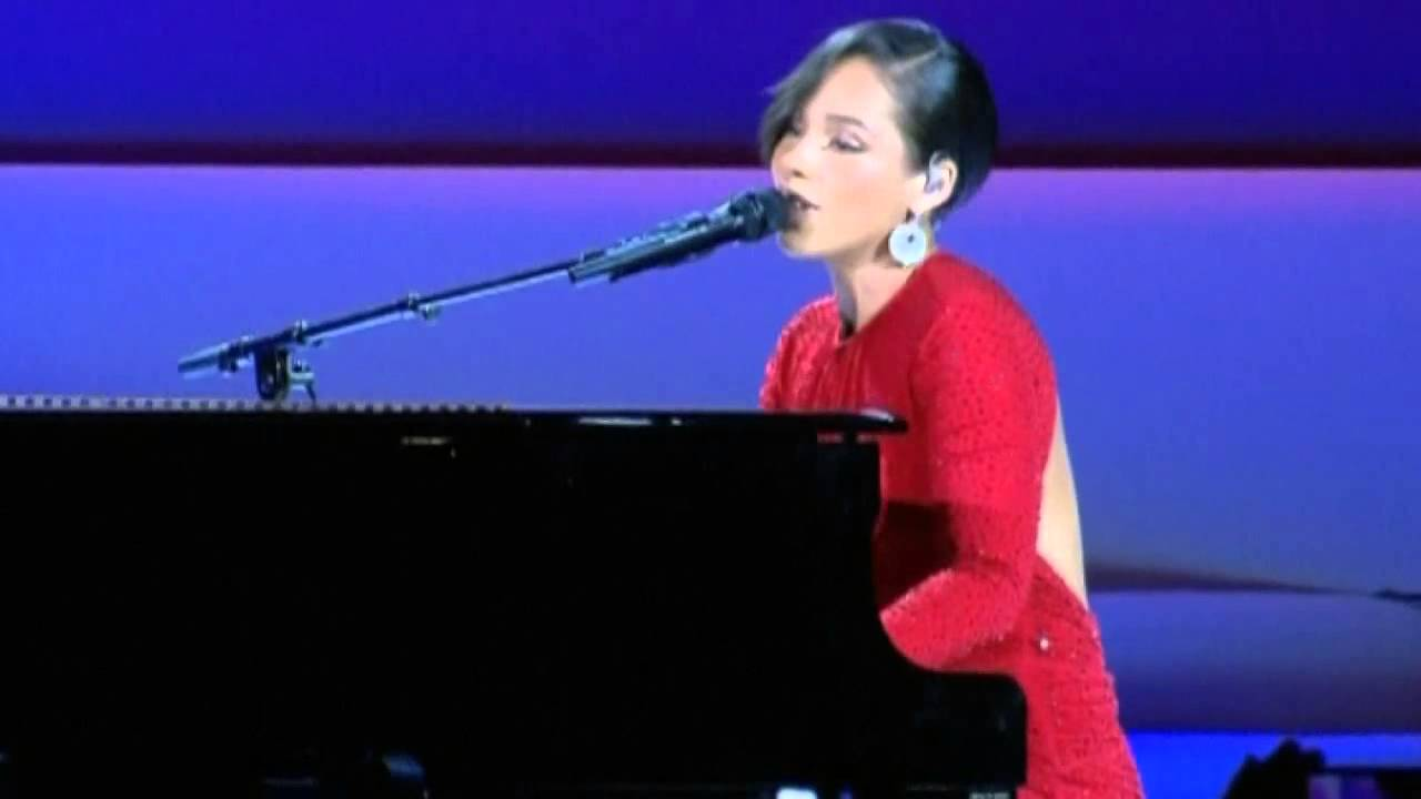 Obama inauguration ball: Alicia Keys sings 'Obama On Fire' as First Couple dance