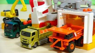 建設車両がいっぱい ダンプカー ショベルカー トミカ まちがうごくよ!つみおろし工事現場で遊ぶよ
