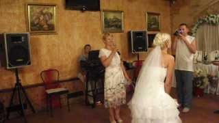 Красивое видео:) Свадьба. Невеста кидает букет.Мило