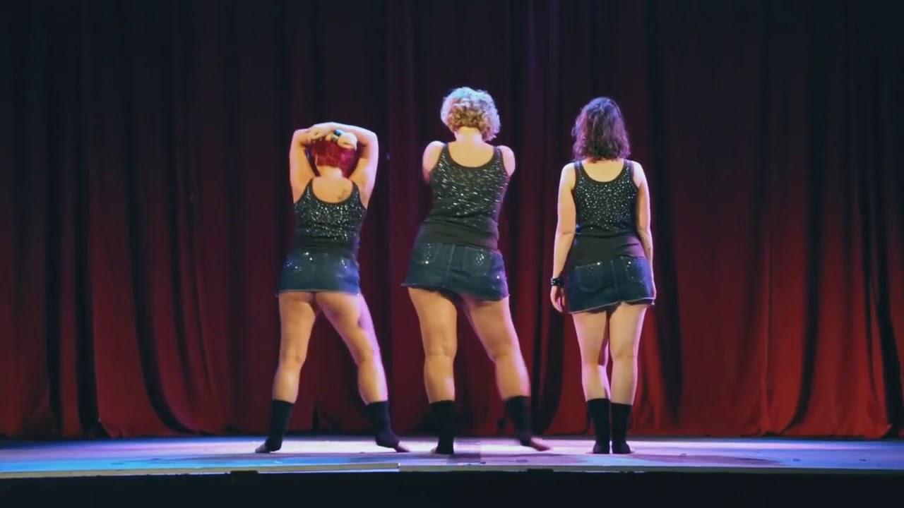 Стоят девчонки юбки по колена клип