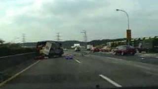 當您在高速公路上,看到有車子在您前面打滾時?