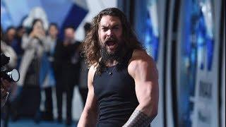 """Jason Momoa lance un Haka impressionnant sur le tapis rouge de """"Aquaman"""""""