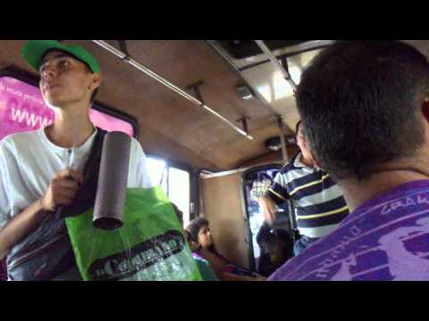 Artists in medellin (Artistas en Medellín) - guy singing on the bus