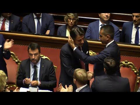 """Senato, bacio Conte-Di Maio dopo le dimissioni del premier. Salvini sussurra: """"Adesso tocca a me"""""""