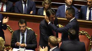 Al termine del suo discorso da premier dimissionario, giuseppe conte si è alzato in piedi e, dopo una stretta di mano, ha scambiato un bacio sulla guancia co...
