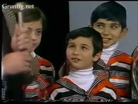 "Vintage Footage London School of Jewish Song ""Ani Maamin"" 1977"