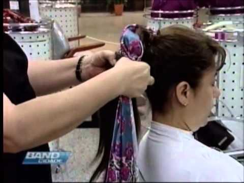 Lenços no cabelo estão em ...