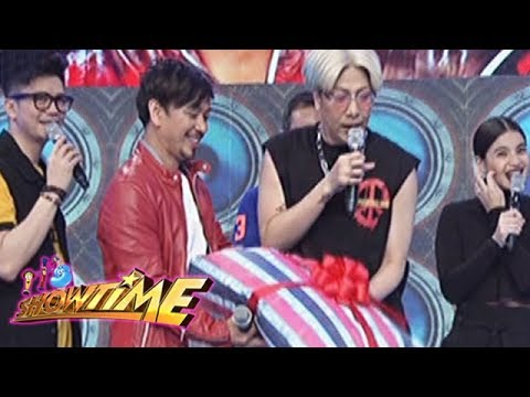 It's Showtime: Jhong receives a birthday gift