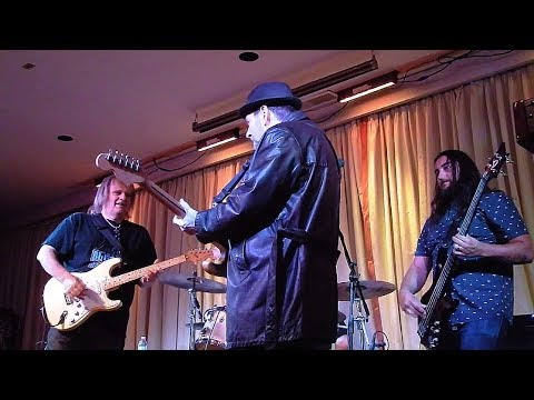 Walter Trout - Slow Blues in the Key of C with Ronnie Earl