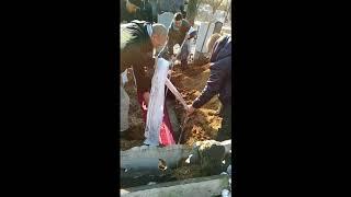 Вода в могиле не давала опустить гроб