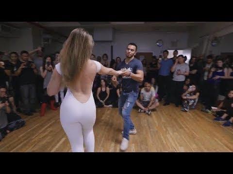 شاب مغربي 👑 يرقص مع حسناء روسيا👸ويشعلان المسرح🔥🔥 thumbnail