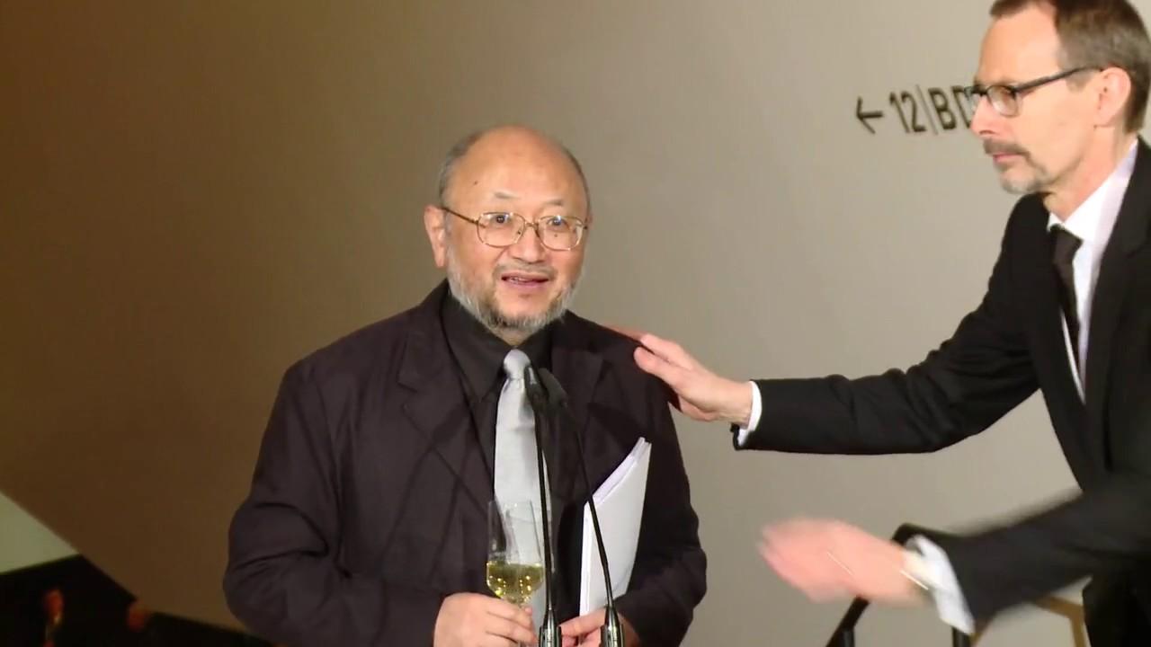 Akustiker Yasuhisa Toyota nach dem Eröffnungskonzert - YouTube