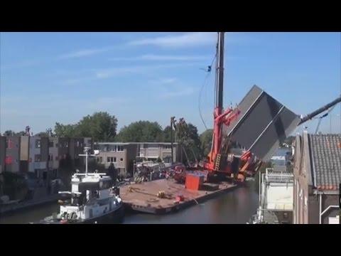 Zwei Kräne stürzen in Gebäude in Alphen aan den Rijn Niederlande Holland