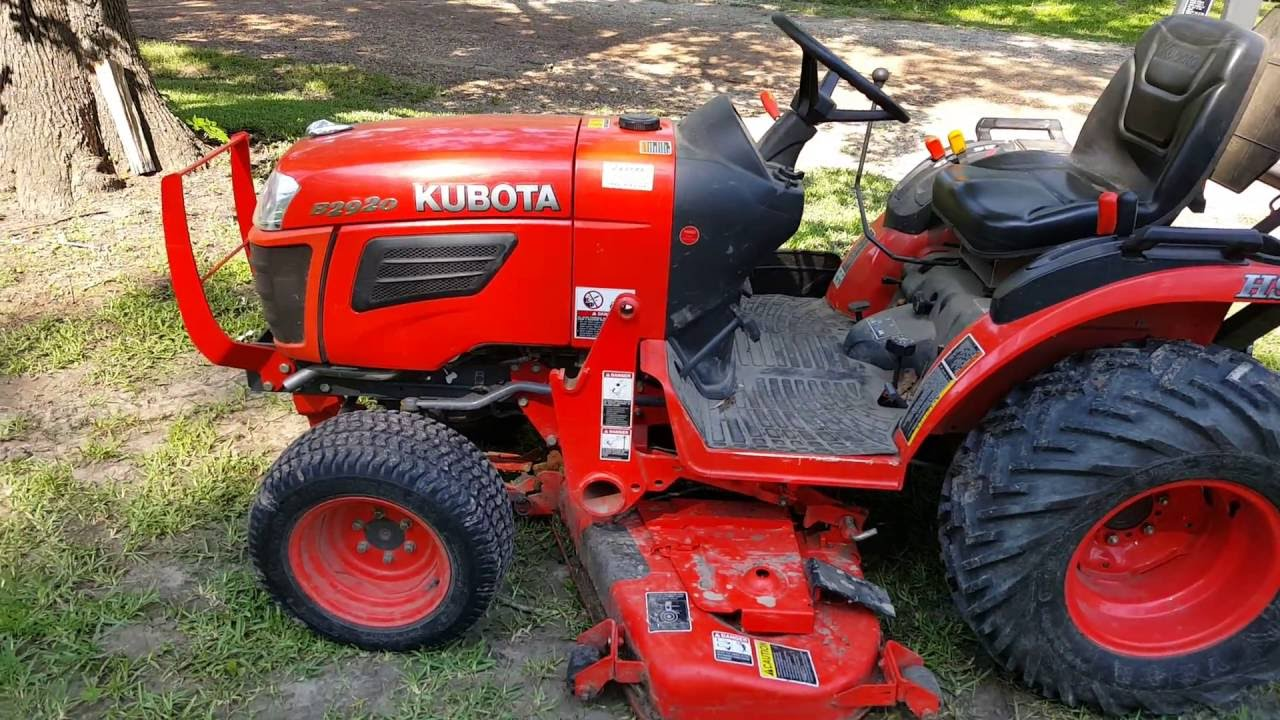 Kubota B2920 Mowing