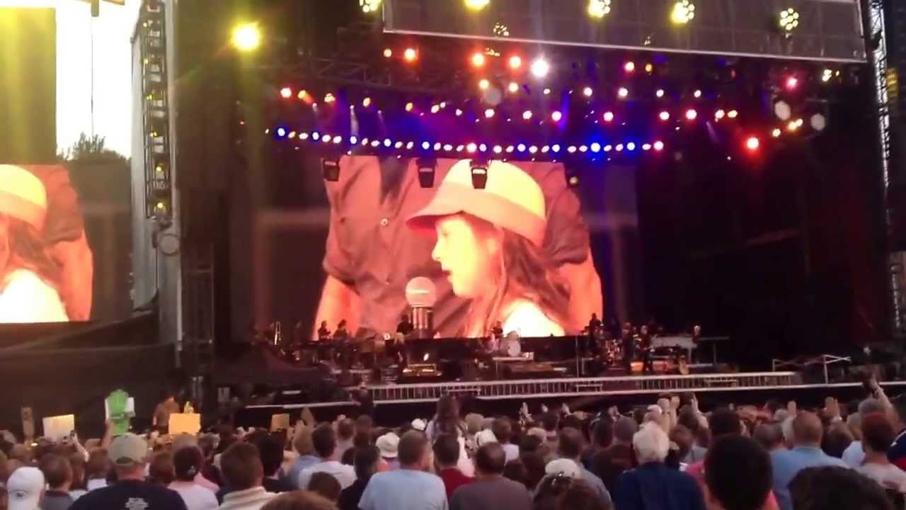 Knit And Stitch Show Kings Hall Belfast : Little girl singing on stage @ Bruce Springsteen at Belfast, Kings Hall 20 Ju...