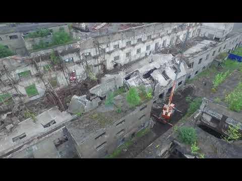 Кадры последствий обрушения крыши заброшенки в Поронайске на Сахалине