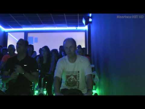 Spinning met James en DJ Vides bij de Gold's Gym Health Club