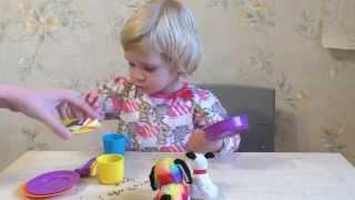 Игры с крупой, детской посудой и собачками. Развитие мелкой моторики рук у детей.