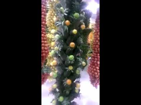 تزين الفواكه بطريقة أحترافية داخل محل بيع