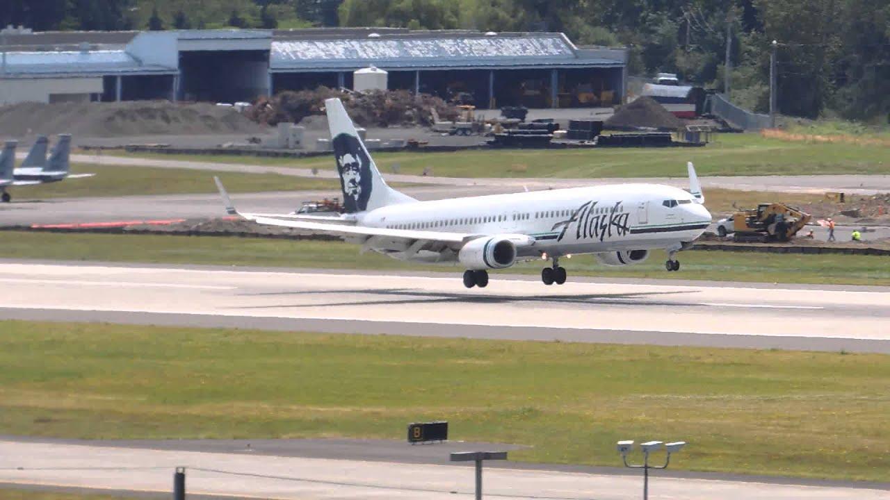 Alaska Airlines Boeing 737 900 N319as Landing In Pdx