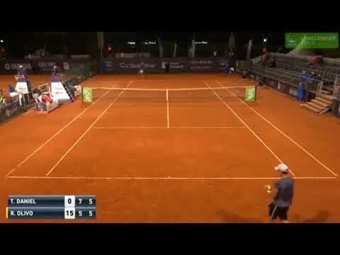 The tennis Renzo Olivo tries a vicious service to surprise his opposing
