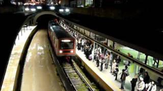 ISAPアテネ地下鉄1号線モナスティラキ駅到着