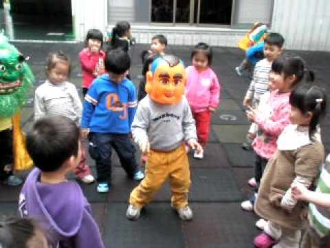 你們有看過大頭娃娃跳電音舞曲嗎.AVI