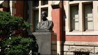 慶應義塾大学の福沢諭吉の銅像と三田キャンパスの風景です.