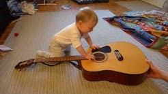 Hugo kitarii kovasti.