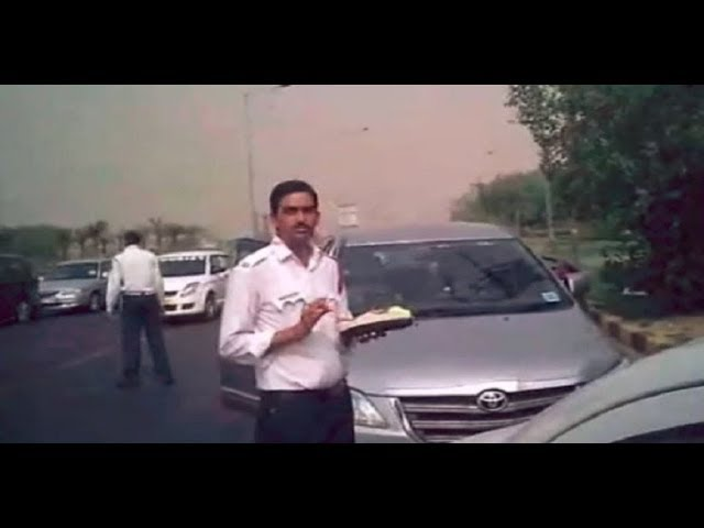 Delhi Traffic Policemen caught taking bribe on camera
