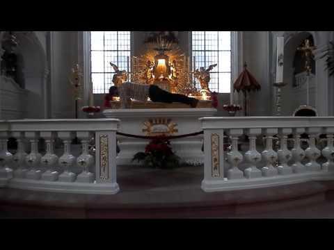 fue multado por hacer flexiones de brazos sobre el altar de una iglesia