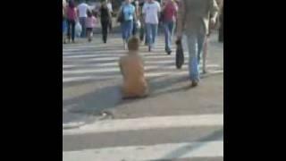голая девушка на пешеходном переходе