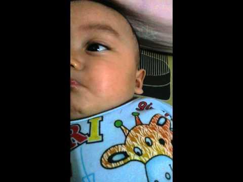 Anak bayi manggil manggil bapak :v