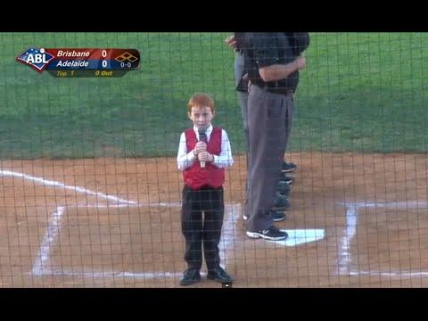 Kleiner Junge singt Nationalhymne mit Schluckauf