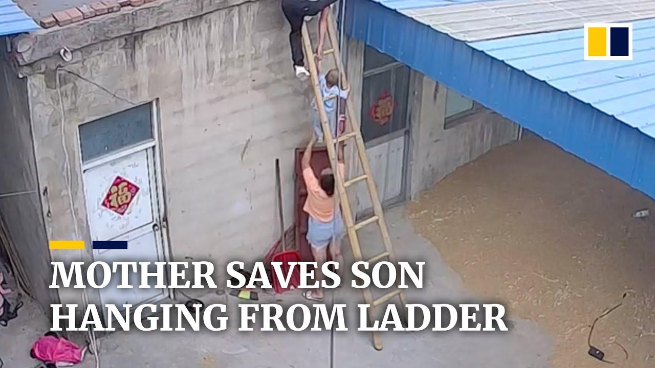 2-vjeçari për pak të bie nga shkallët, në momentin e fundit e shpëton e ëma