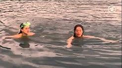 """Michaela May schwimmt in weißer Bluse im Film """"Unterwegs mit Elsa"""""""