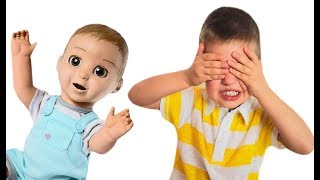 Ричард играет в прятки с любимыми куклами