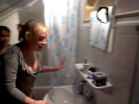 Sarah et steph sous la douche youtube - Video sous la douche ...