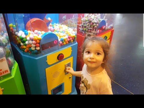 Kumsal Şeker Makinesi ve Sakız makinesinden şeker ve sakız aldı. Çocuk videosu