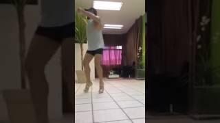 Парень танцует на каблуках, красивые танцы