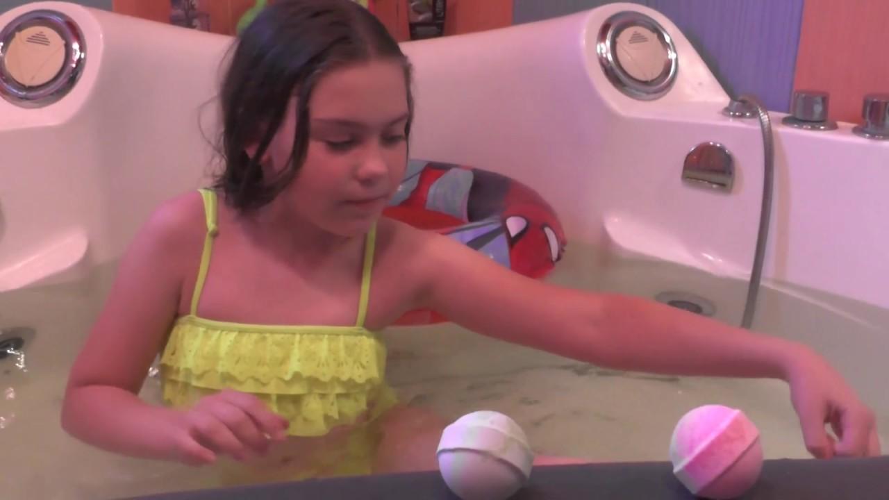 Принимаю ванну в одежде. Ванная бомбочка. Танцую в ванной. I take a bath in my clothes.