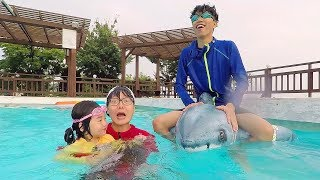Boram finge jugar en la piscina con sus coloridos juguetes toys for kids with pool