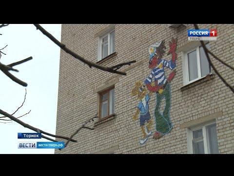 Житель города Торжка украшает дворы панно из пластиковых пробок
