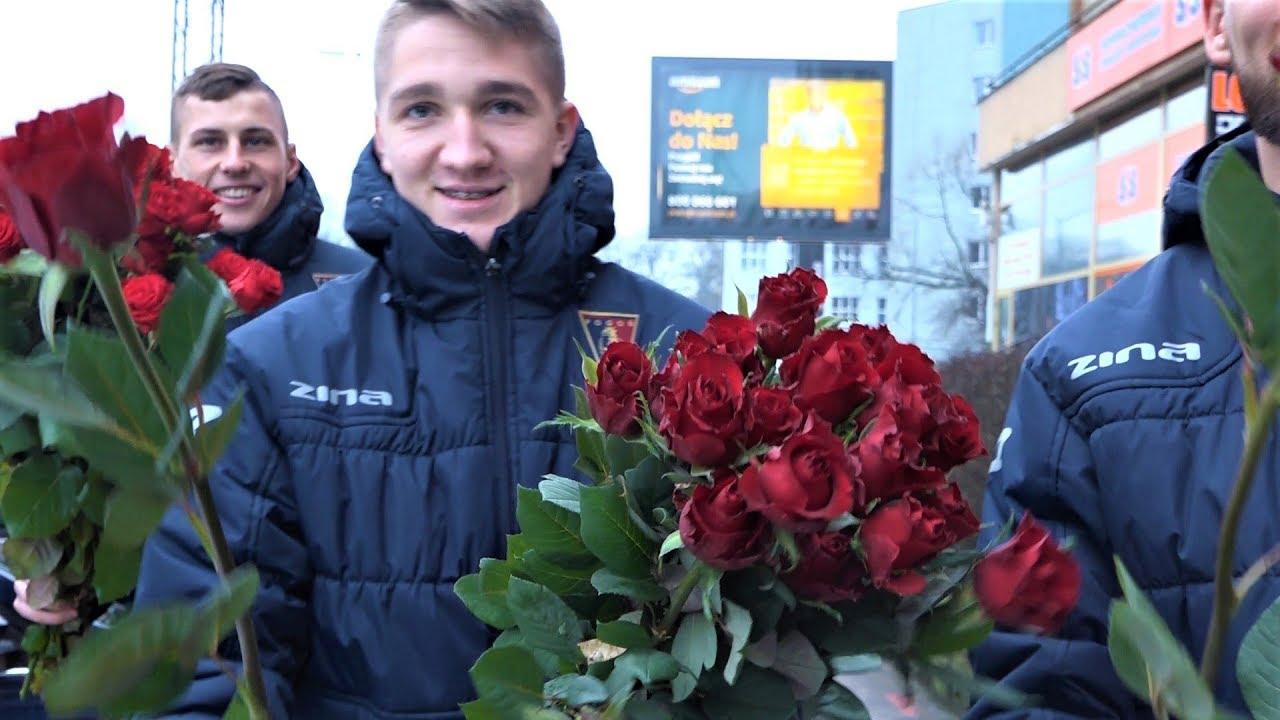 Dzień kobiet z Pogonią Szczecin – Kwiaty od Portowców