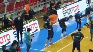 Abdi İpekçi'de sahaya çıkan Fenerbahçeli oyuncular yapılan tezahüratlarla motive edilir